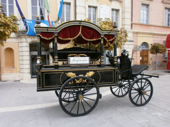 Carro funebre trainato da cavalli